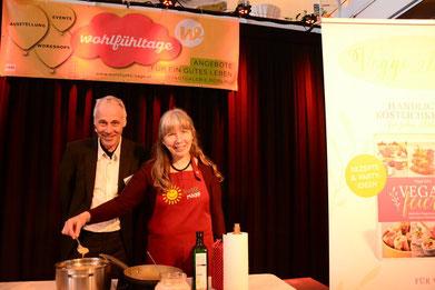 Veranstalter Stefan Keller beim Stage-Cooking mit Veggie-Mäggi