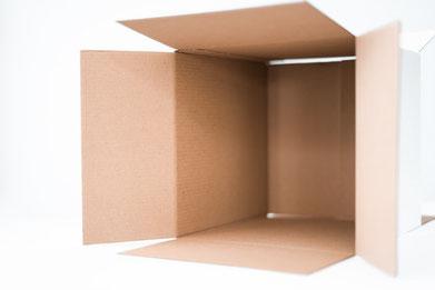 Umweltfreundliche, braune Wellpappekartons ist eine ungeblichene Verpackung und ein sinnvoller Beitrag für die Umwelt.