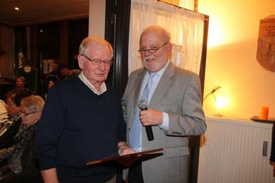 Gerd Rust nimmt die Glückwünsche des 1. Vorsitzenden Wolfgang Linke zur Ernennung zum Ehrenmitglied des TSV entgegen.
