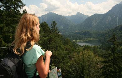 Eine Wanderin auf dem Kalvarienberg (Copyright: Füssen Tourismus und Marketing / Gerhard Eisenschink)