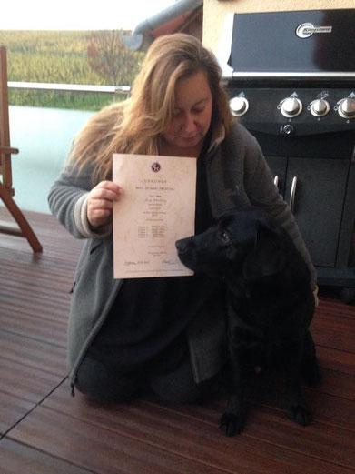 Anja und Lennox mit der Urkunde zur erfolgreich bestandenen Dummyprüfung vom BHV