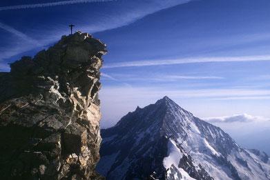 Bild: Gipfelaufbau vom Zinalrothorn 4221 m und dahinter dasWeisshorn 4505 m.