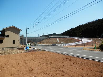 東九州道、蒲江葛原付近の様子。右側が宮崎方面。公道右に緊急時乗り入れ道があります。(クリックで拡大できます。)