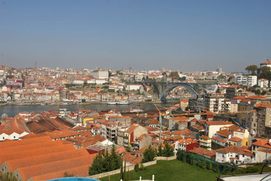 Blick auf Porto und im Vordergrund Vila Nova de Gaia mit den Portweinlagern
