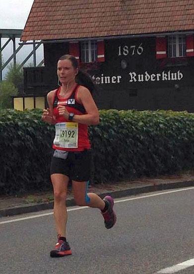 Tanja kämpft sich bravourös bei ihrem ersten Marathon ins Ziel (Foto: Martin Mistelbauer)