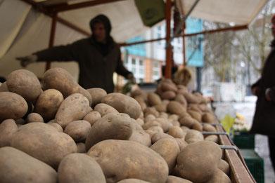 Schillermarkt Kartoffelstand Berlin Neukölln Wochenmarkt
