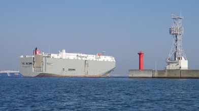名古屋港に入ろうとする自動車運搬船