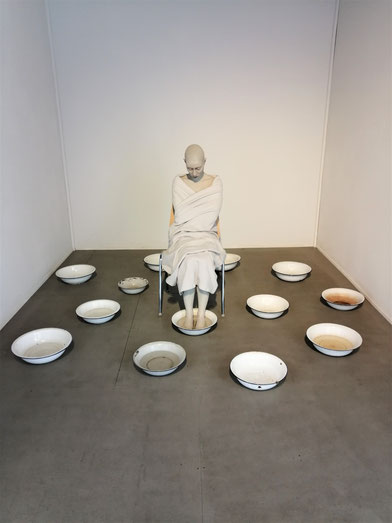 Unmündig, 2019, Installation: Epoxidharz, Öl, Stoff, Emaille, Stuhl, lebensgroß
