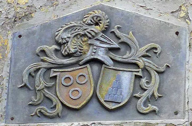 Wappen der Muntprat über dem Torbogen