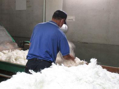 西川リビング最新工場 / 品質を徹底管理して上質の布団を作って下さっています。