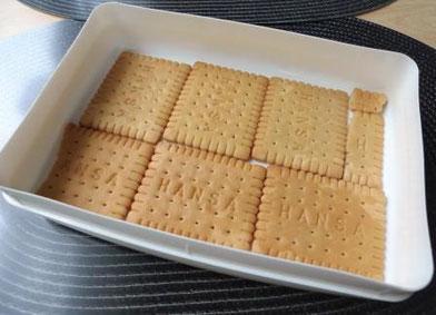 Kuchenform mit Butterkeksen von Hansa ausgelegt