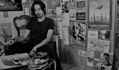 Photo noir et blanc de Bastien Loukia dans son atelier