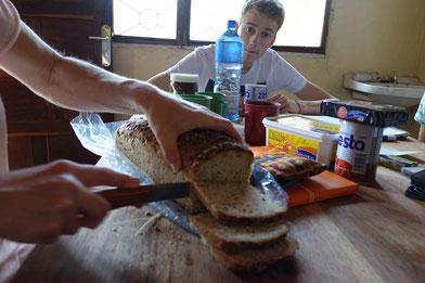 Das leckere Brot von Uschi! Keine Ahnung, warum Simo so kritisch schaut ;)