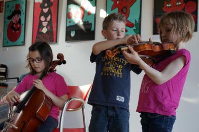 Ecole de musique EMC à Crolles - Grésivaudan : petits musiciens jouant des instruments durant le parcours découverte