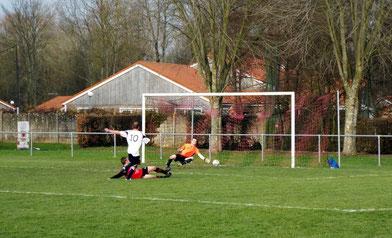 19ème : sur un centre de Pierre Devaux, Mathias Broutin prend de vitesse la défense et marque. 0 - 2
