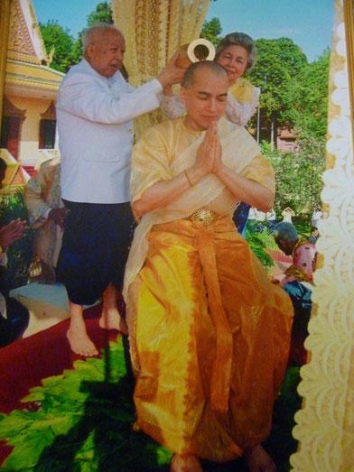 29 OCT. 2004. LL..MM.  SIHANOUK et MONINEAH  ONDOIENT LEUR FILS LE NOUVEAU ROI SIHAMONI.