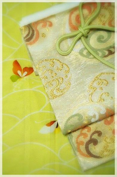銀座志ま亀の夏の一揃え。薄緑地に波と蝶を描いた絽の友禅。帯は、白地に波の丸を織りだした紗袋帯。