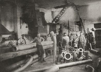 1899: Emmerich Meisl und Mitarbeiter in der Kupferschmiede