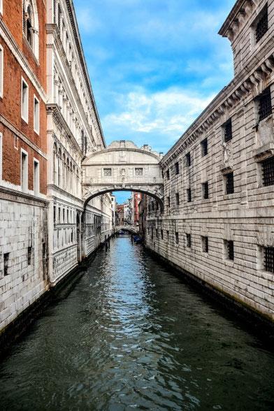 Die Seufzerbrücke - neben der Rialtobrücke wahrscheinlich die bekannteste der Brücken in Venedig