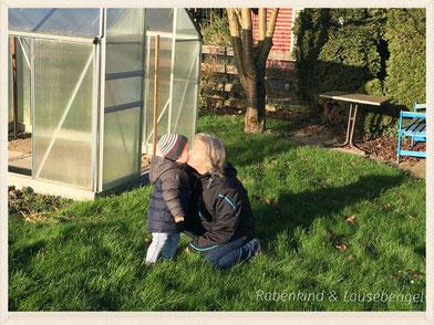 Der Lausebengel besucht seine Großeltern in Niedersachsen. Hier herrscht eine ganz große Oma - Liebe.