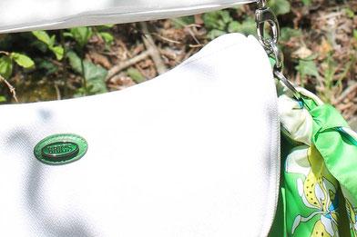 Edle Handtasche in strahlendem Weiß mit grünen Akzenten
