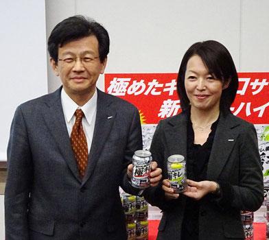 村上悦郎執行役員(左)と佐藤晃世部長