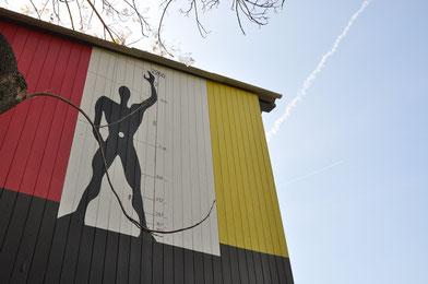 「海の家」の壁面に描かれた「モデュロール」のシンボル