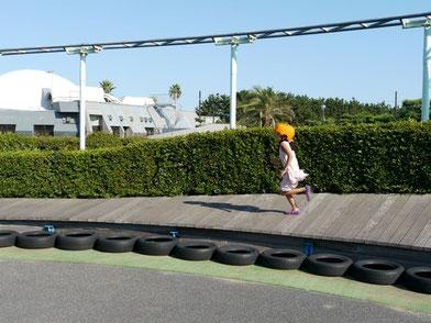 公園で斜め板を走ります。