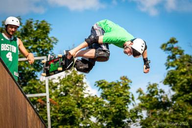 Mit dem Telezoom kann man die Skateboarder gut isolieren und der Hintergrund wird schön unscharf.