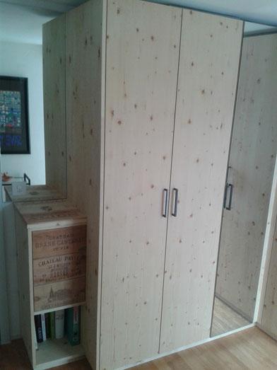 Schrank in Fichte astig, Schubladen mit Weinkisten-Fronten und Tip-on. Ansicht links