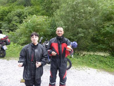 Pause in Slowenien- hier ist meine Sozia mit einem Mitfahrer- hier können wir uns jetzt endlich der Regensachen entledigen