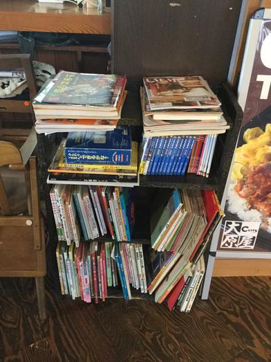 カレーの大原屋の本棚は子供向けの絵本なども置いてあります。