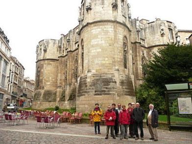 La commission devant le Palais des Comtes de Poitou