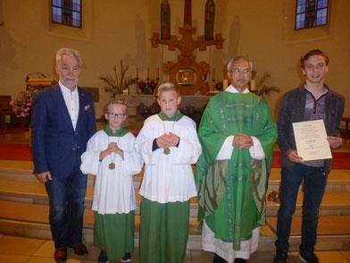 von links: Pfarrgemeinderatssprecher Wolfgang Krauß, Jakob Rothballer, Luca Melischko, Pfarrer Puthenchira, Christoph Kick (Bild: Siegfried Bock)