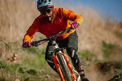 e-MTB Fahrer testet die neue 34 Federgabel von FOX auf seinem e-Mountainbike