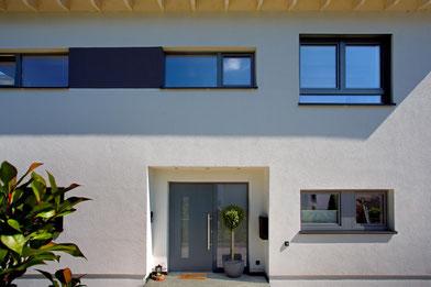 Haustüren von Kneer-Südfenster lassen sich harmonisch auf die Fenster und die Fassade abstimmen und bieten perfekte Sicherheit. Foto:Kneer-Südfenster