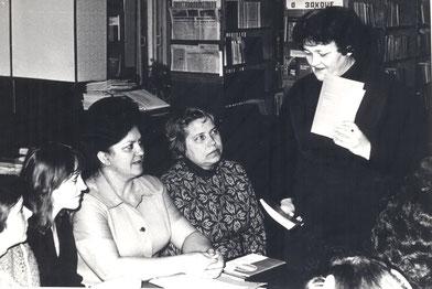 Слева направо:        Кулишенко Н. Г., Михаленко Э.  И.,  Богданович А. К. с учащимися