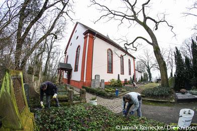 Das Kulturnetzwerk Osthofen e.V., sowie der BUND-Umweltverband Osthofen haben sich zusammengetan und die Grabsteine und Denkmäler am Friedhof einen Vormittag lang gesäubert.