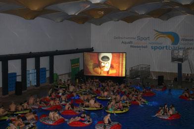 """Sobald alle auf den schwimmenden Inseln Platz genommen haben, heißt es """"Film ab. Foto: Freizeitbetriebe Worms GmbH"""