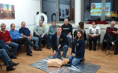 Jonas Kraft und Julia Klein, Erste Hilfe Ausbilder des ASB zeigen den Teilnehmern im Rahmen der Auffrischung die lebensrettenden Maßnahmen