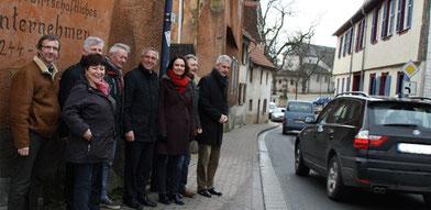 MdL Anklam-Tapp gemeinsam mit dem damals zuständigen Staatssekretär Günter Kern, Ortsbürgermeister Ottfried Fehlinger sowie Vertretern der Ortsgemeinde Westhofen bei einer Begehung der Engstelle im Ortskern im vergangenen Jahr.