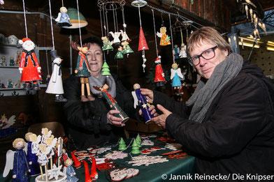 Weihnachtsmarktbuden auf dem Westhofener Marktplatz zeigen was Sie verkaufen.