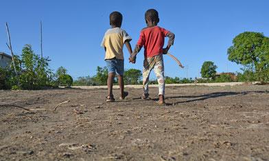 Staubtrocken ist die eigentlich so grüne Wiese draußen vor dem MiRO-Heim. Auch in der sonst so regenreichen Region ist die Dürre bemerkbar.