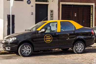 schwarz gelbes Taxi in Buenos Aires