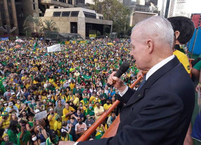 """S.A.I.R. Príncipe Imperial de Brasil Dom Bertrand de Orléans y Braganza se dirige a la multitud de manifestantes que gritan """"¡Nuestra bandera nunca será roja!"""" ; """"¡No queremos comunismo!"""""""