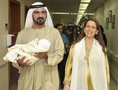 DEC.2007 SHEIKHA AL JALILA DANS LES MAINS DE L'EMIR