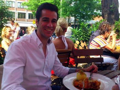 Wohlfühlfaktor Essen: Die bayerische Küche schmeckte Juan Vila anscheinend sehr gut.