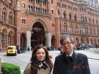 日本に帰国される前に、奥様をロンドンに送り届けられたご主人と3人で、後ろのセントパンクラスホテルでランチ。