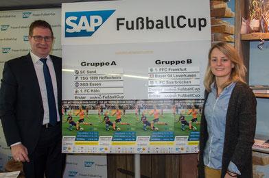 Rauenbergs Bürgermeister Peter Seithel und Losfee Susi Hartel präsentieren die Gruppen des SAP Cups.