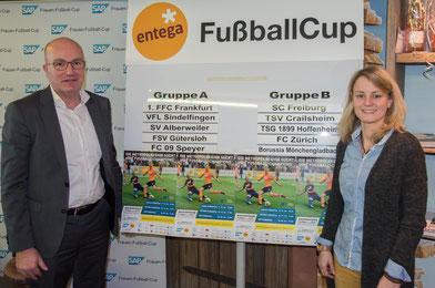 Losfee Susi Hartel und Unterstützer Frank Gey präsentieren die Gruppen des ENTEGA FußballCups.
